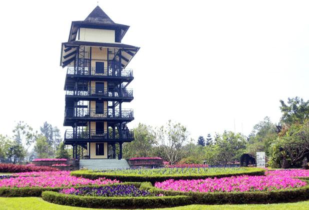 menara pandang taman bunga